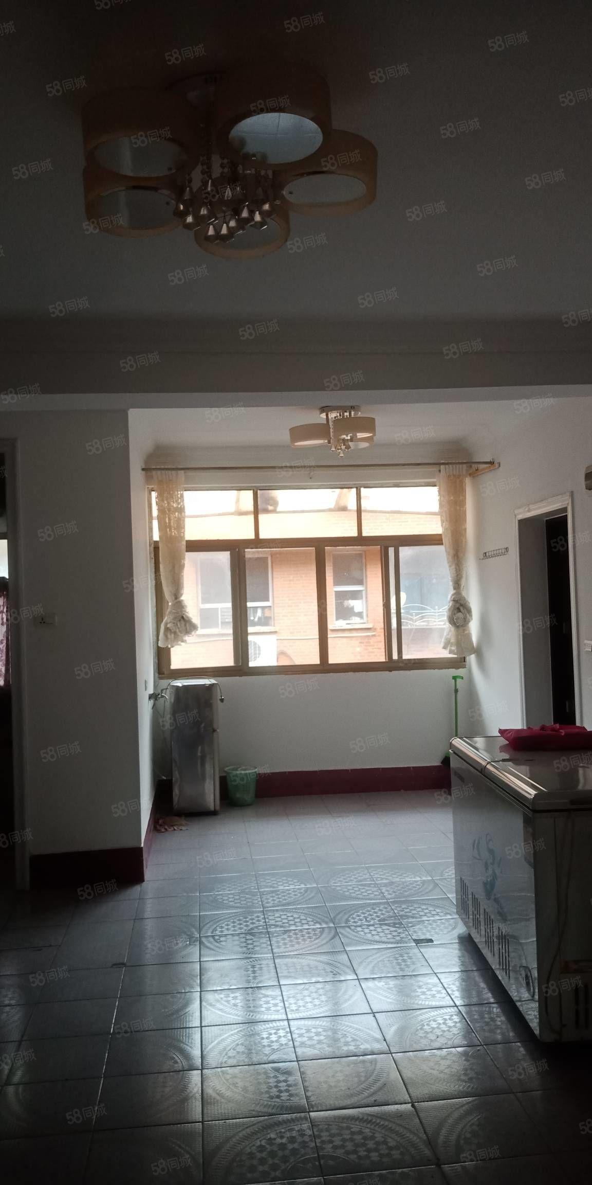万博片区简装三室两厅一卫急售