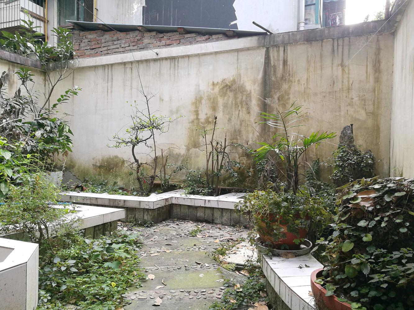 一楼带花园装修套二带家具家电,花园有40平,房东说了给钱就卖
