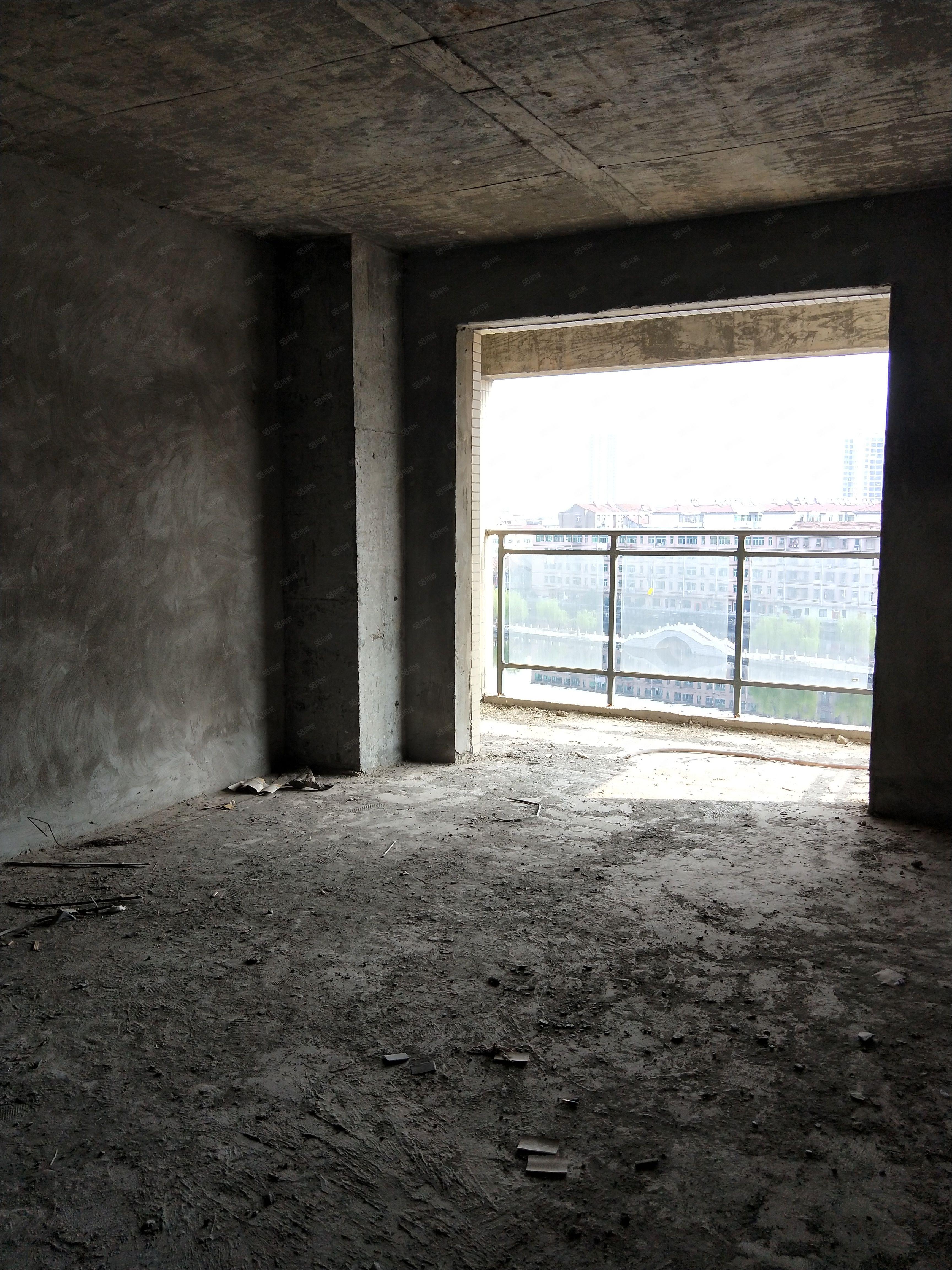 市中心超好户型,双阳台双飘窗,65万包办不动产证!