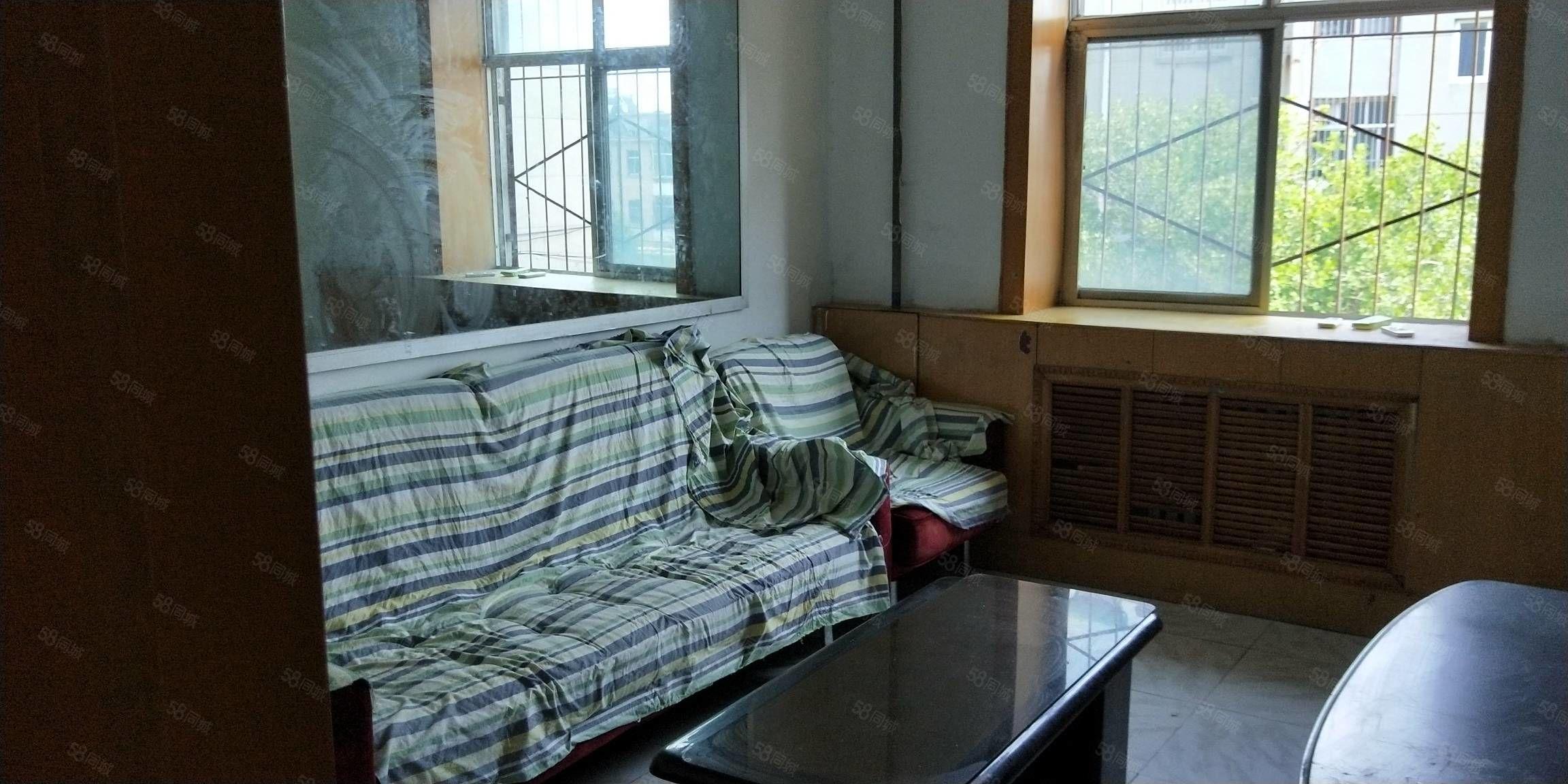 何瑞小区60型三楼年租6800元家具家电齐全房屋干净整洁