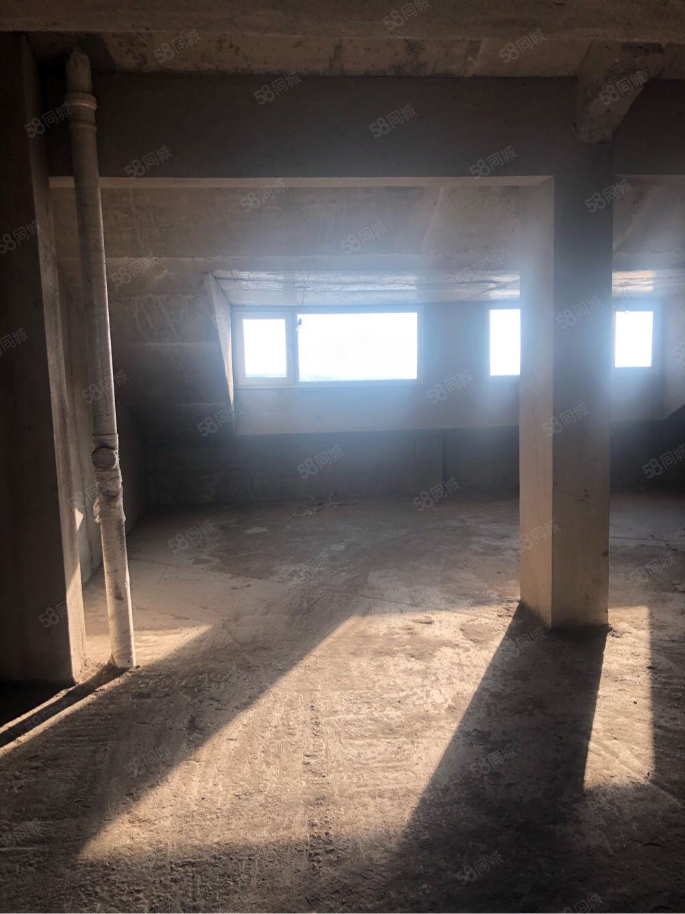 温馨家园电梯房9层90平毛坯带平顶阁楼.阁楼可外走