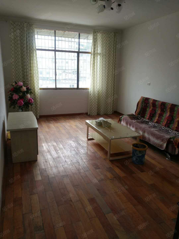出租龙里老一中大门对面6楼住房2室1厅新装修1100元月。