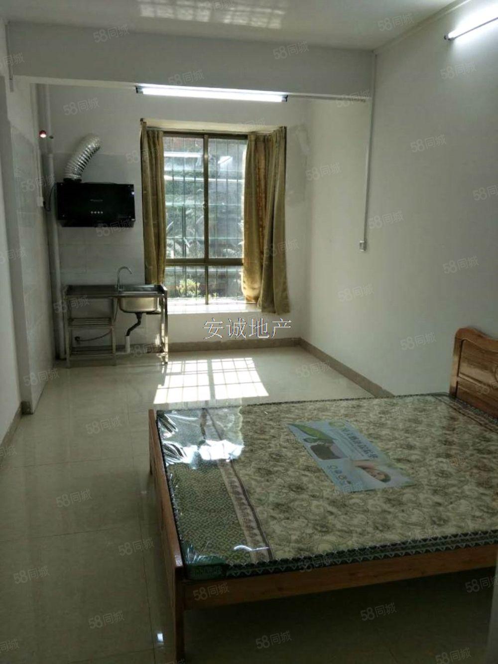 大单间私宅来的。就是床和热水器。在丰业新苑路口附近