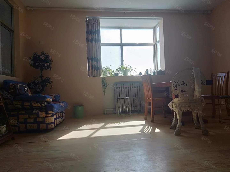 北园小区,面积88平,3室2厅1卫,客厅明亮,证过5年