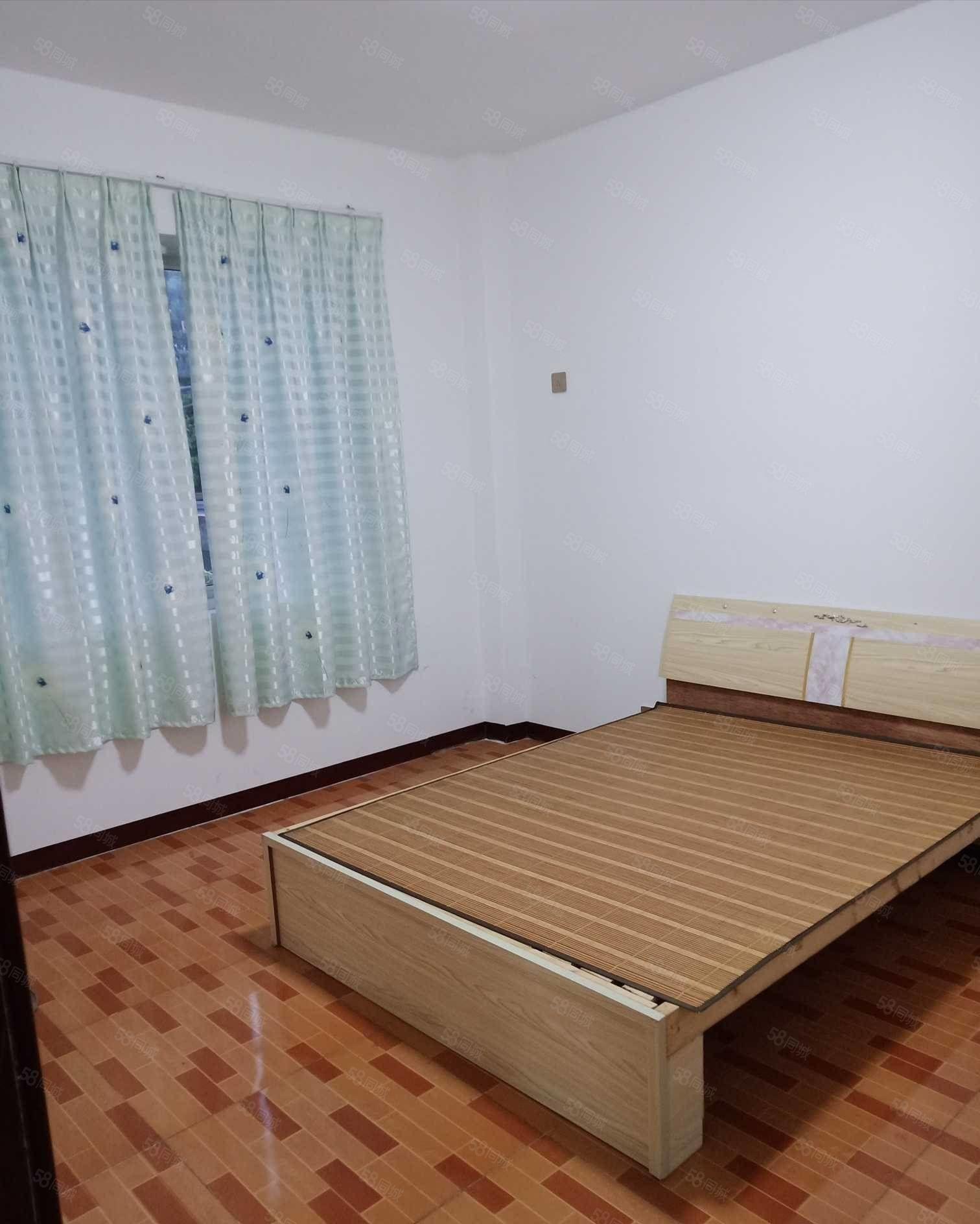 卧龙金湾五楼三室一厅简装