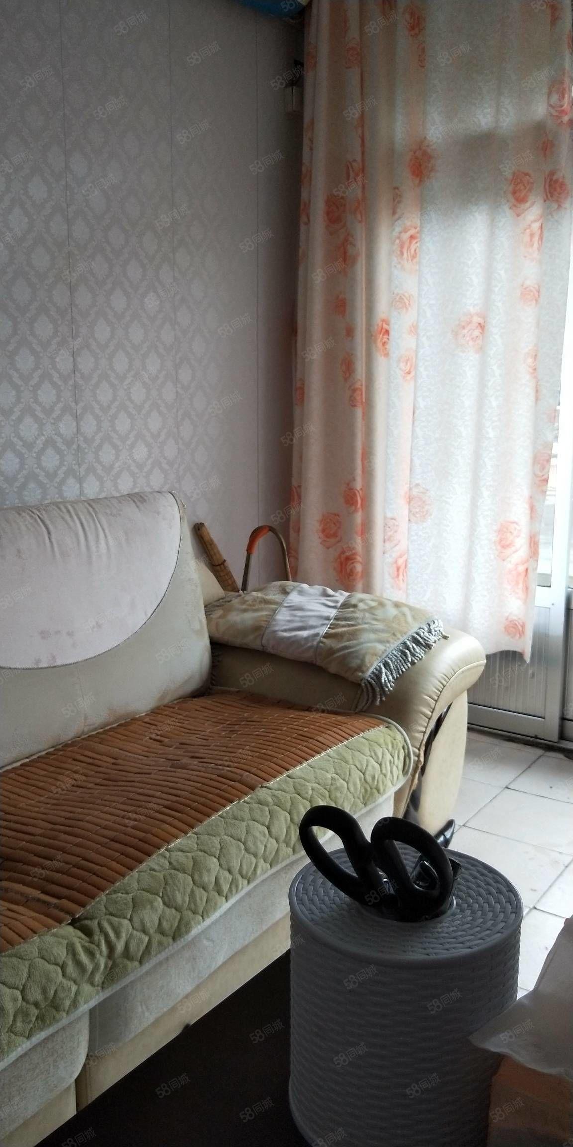 河康50型2楼出租,家具电器全套,随时入住,年租8000。
