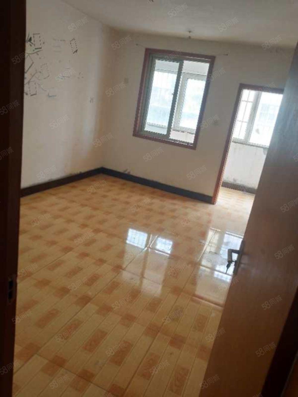 东方庄园三楼,简单装修,三室两厅一卫,32万,可过户按揭
