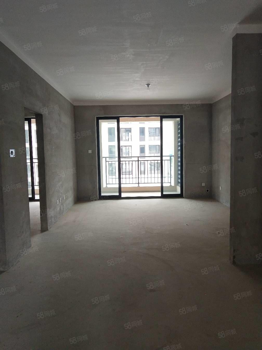 绿城兰园洋房边户出售,户型方正,钥匙在手,可随时看房。