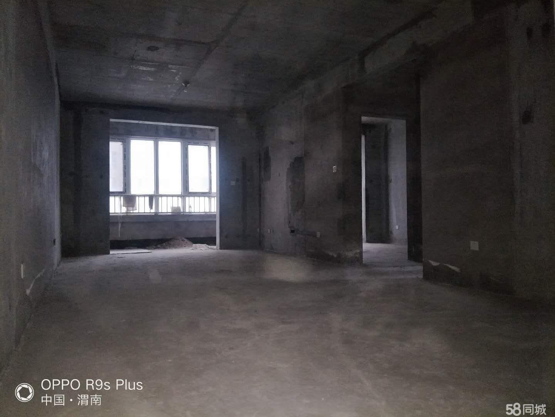 六号公馆两居室,证在手满两年,水电暖已做,诚心出售有钥匙