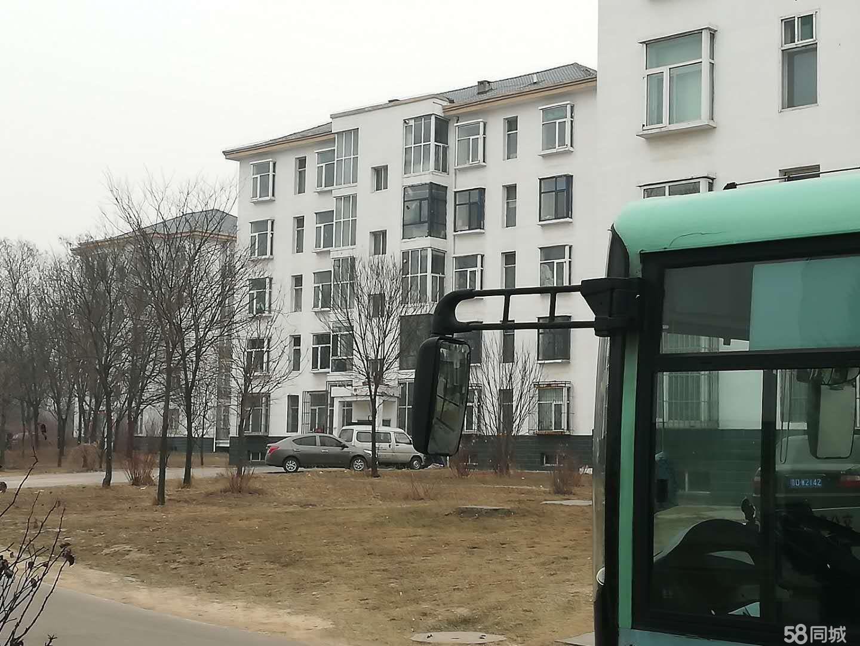 150平方米,三室兩廳兩衛一廚住房,南北兩陽臺,集中供熱。