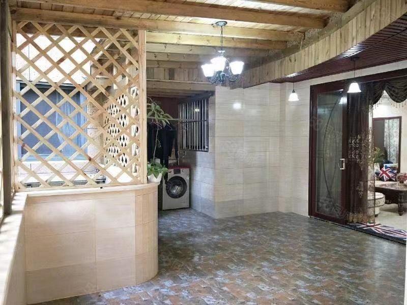精装四室底楼带花园115龙源府邸急售138万、中庭