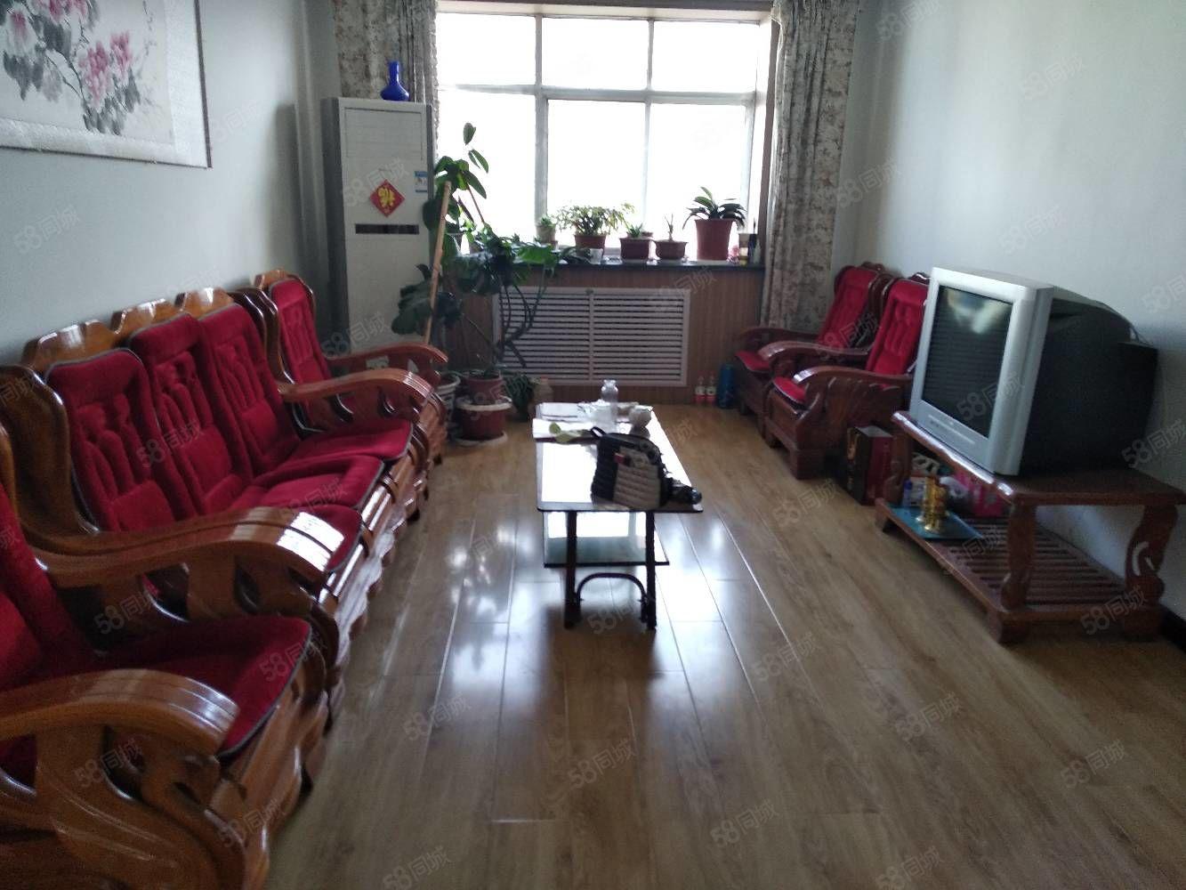 九中巷六樓,三室兩廳,南北通透精裝修家具家電齊全,拎包入住。