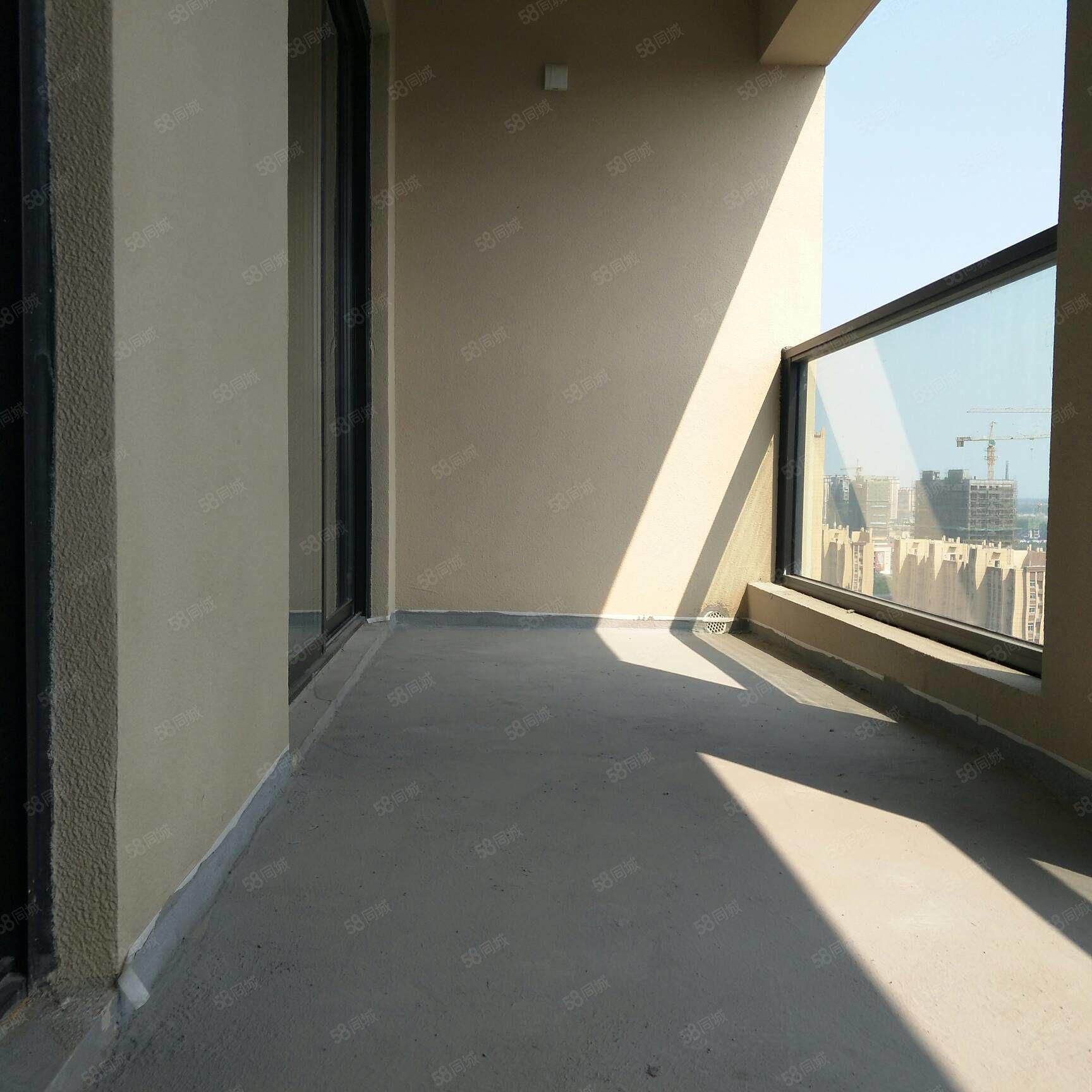 绿城兰园高层南北通透,户型方正,看房方便。