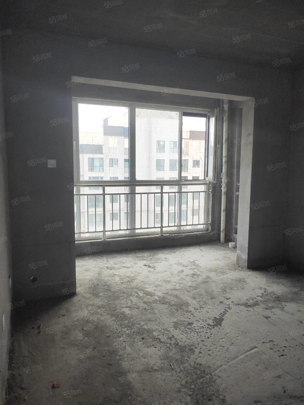 红旗渠大道,香格里拉电梯高层,三室一厅,户型方正采光良好。