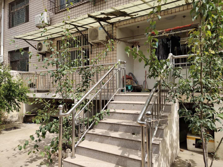 昆吾二期对面,一楼带院,带30地下室,精装大四室,户型方正。