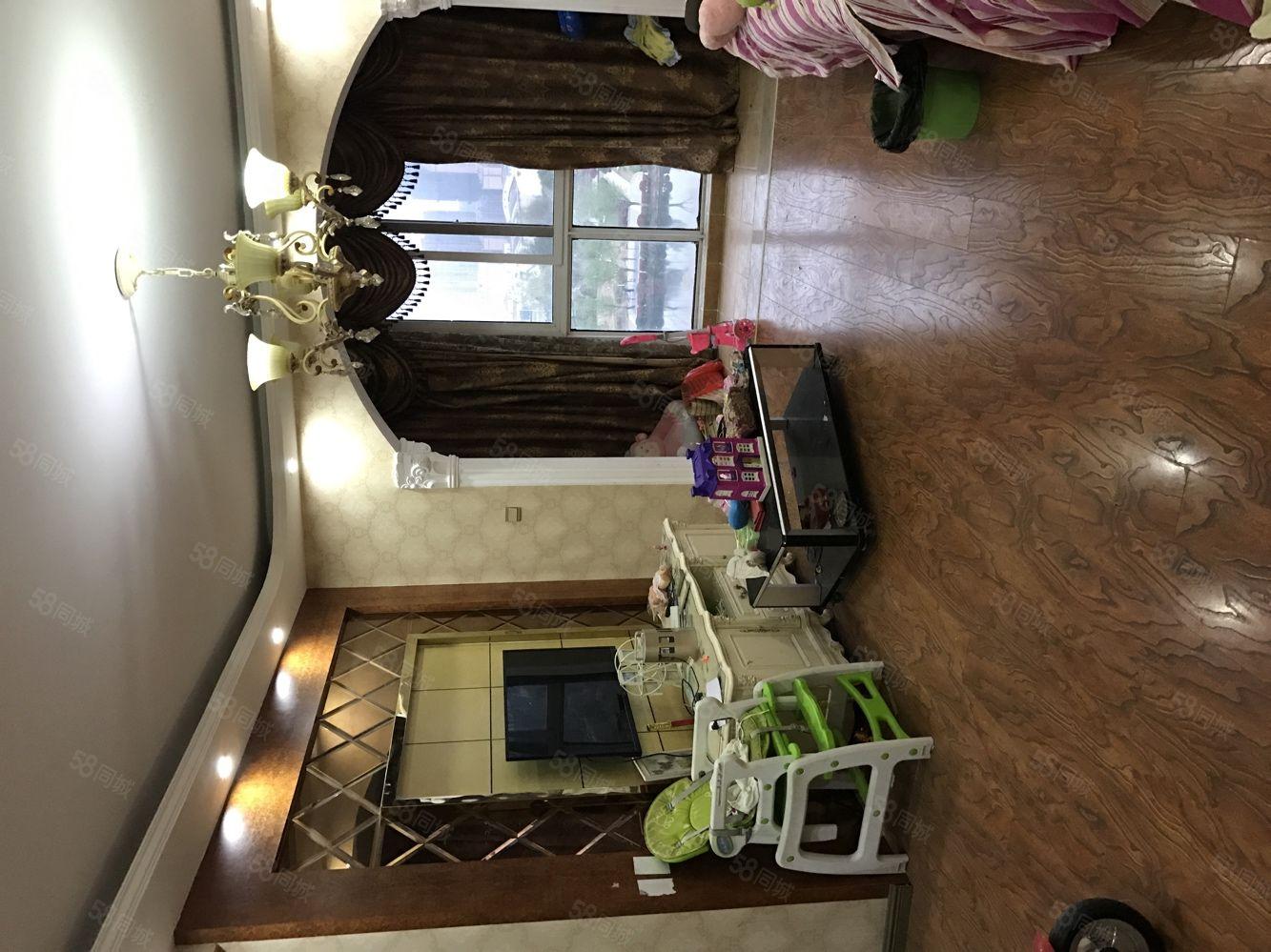 河畔花城客厅两落地窗豪华装修送9平储藏室