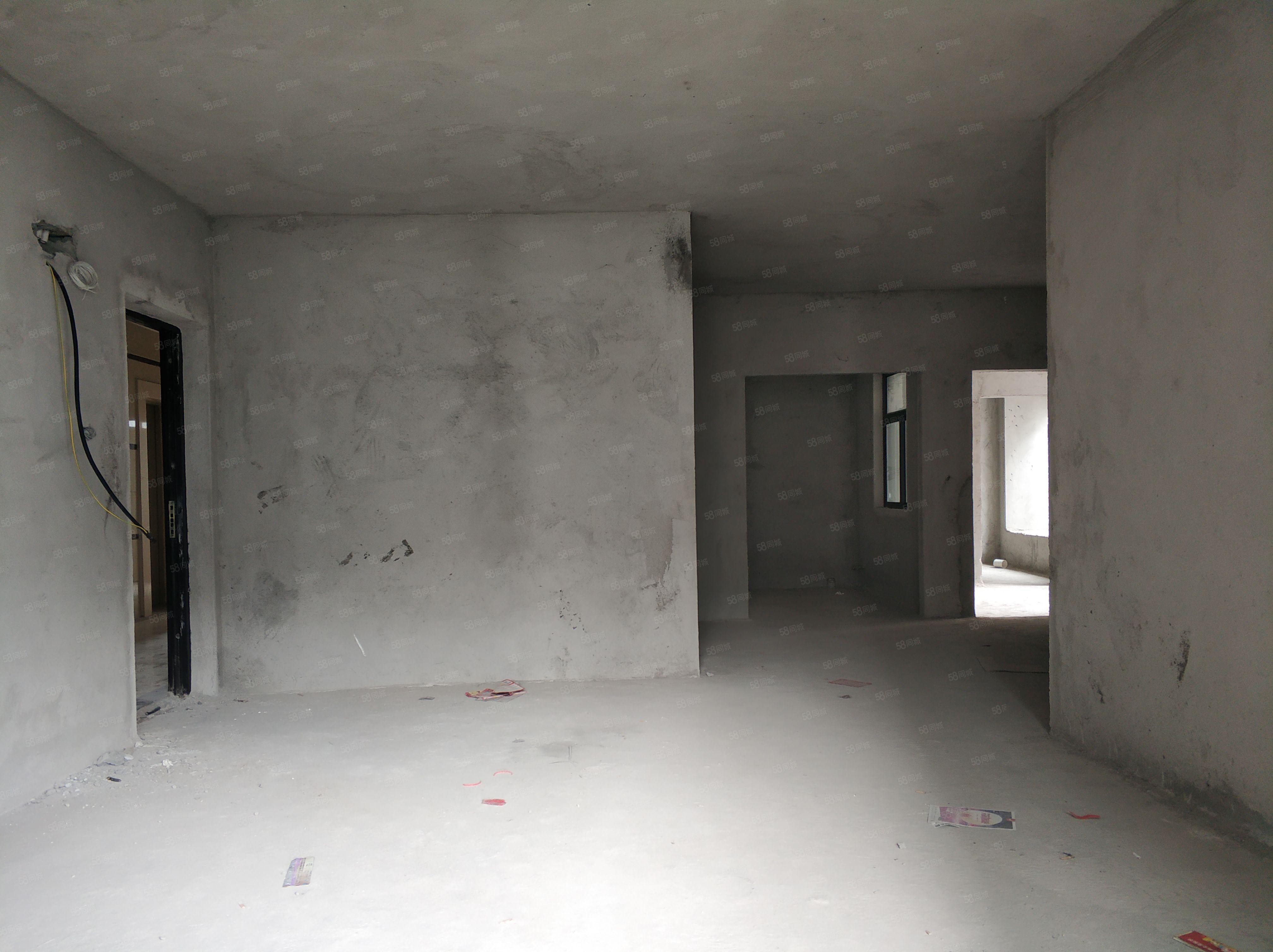 飞鹏星荟湾九小学位4室2厅156平方现售125万