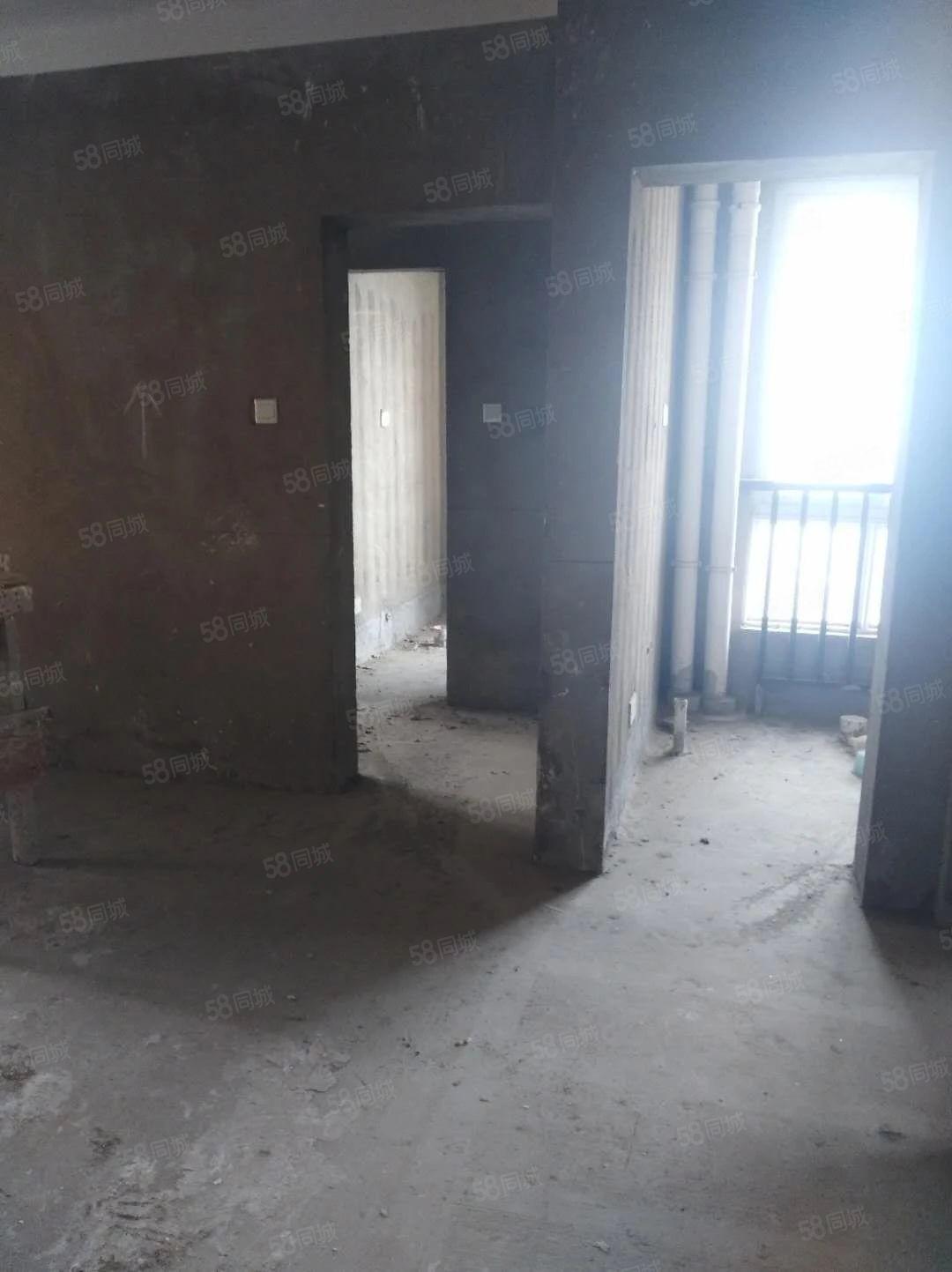 出售:时代广场131平方,四室两厅送价值8万元车库