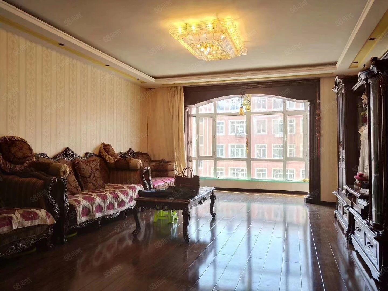 龙泉小区,精装修,屋内都是采用深颜色为主,全实木,支持贷款
