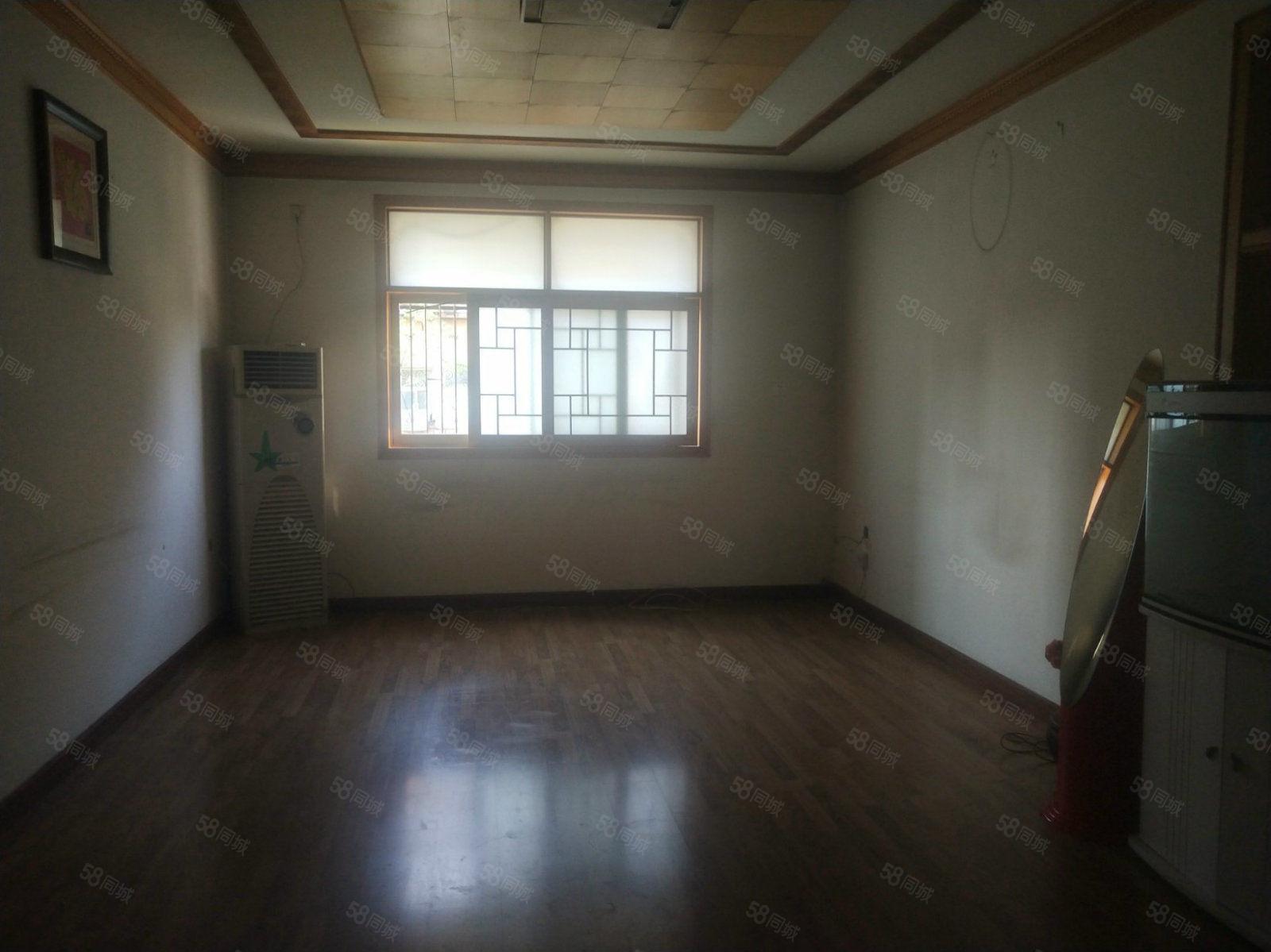 工业局家属院,步梯3楼,精装3房,一个月800元,保洁打扫过