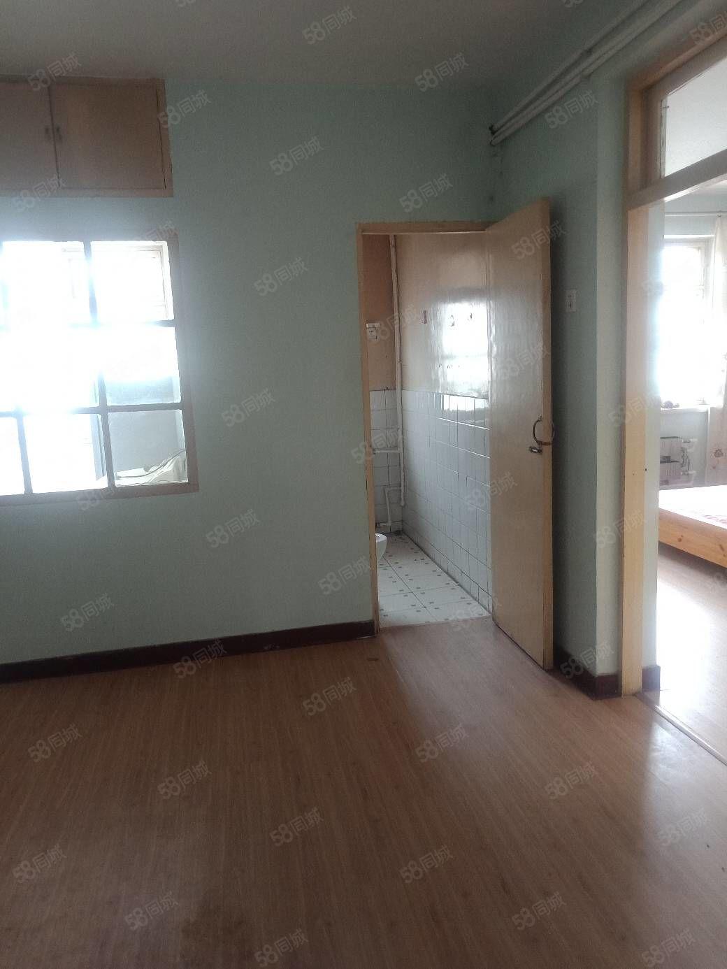 一室一厅一卫四楼带小房老证八中和新华精装修拎包入住买了木地板