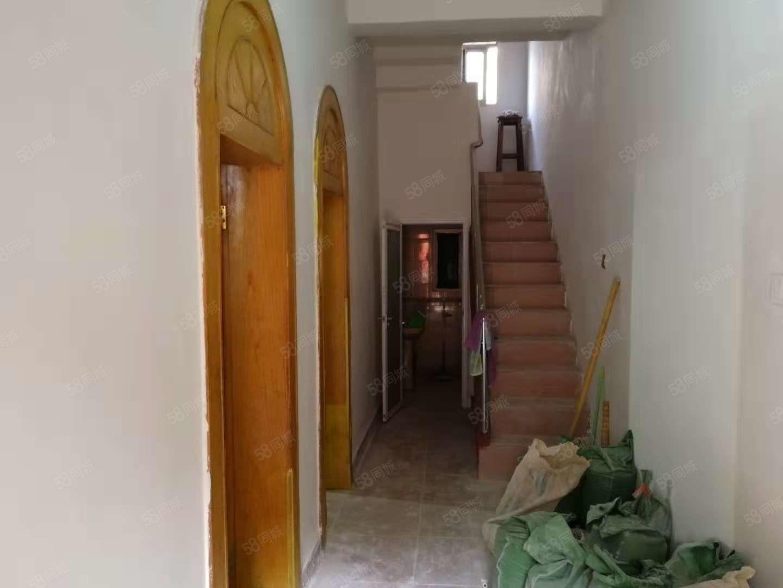 大庆路花卉市场一楼到三楼170平简单装修可以做宿舍