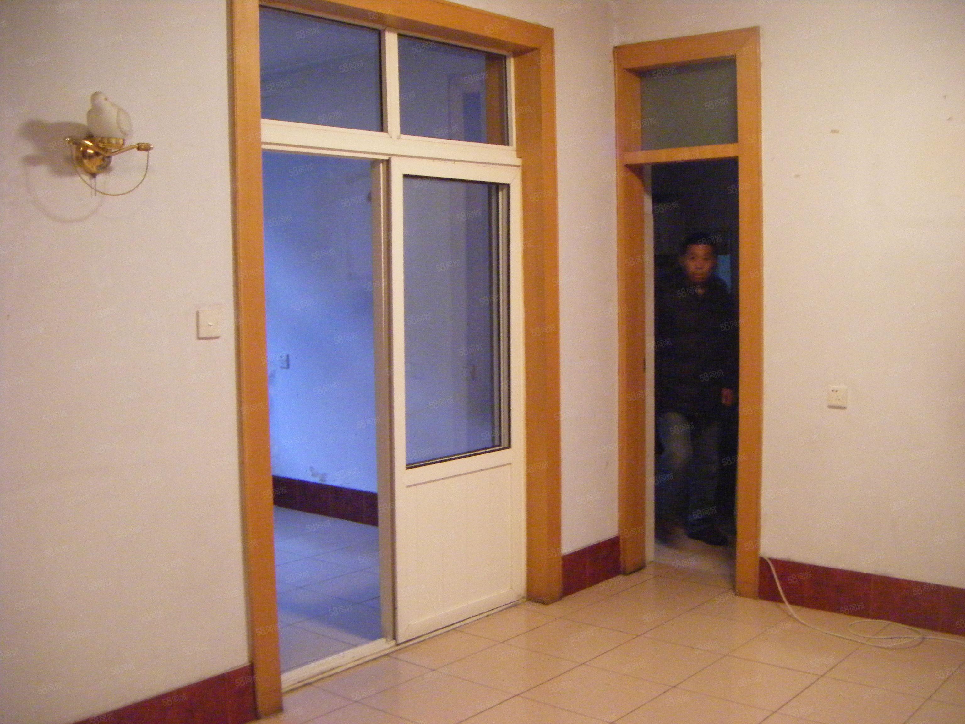 出租交警支队家属院低楼层三室家具家电双气随时看房子