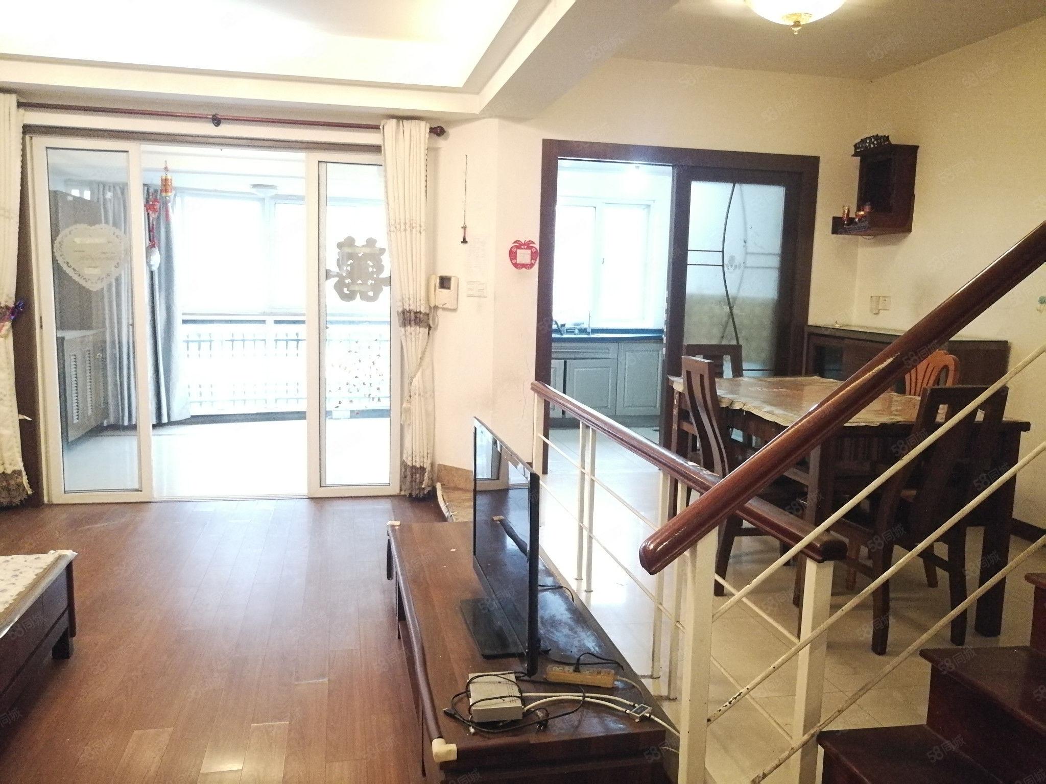 湖前电梯业主置换首先,塞纳高层复式楼三层露台。板砖南北通透.
