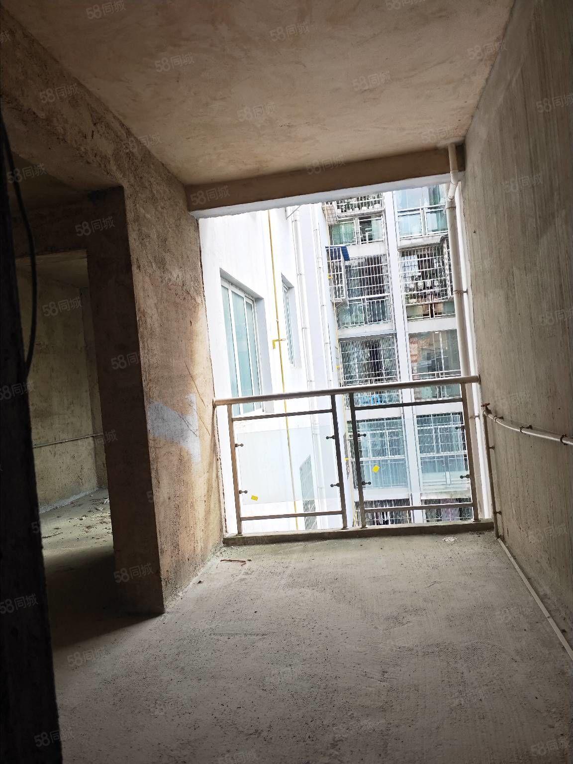 出售锦绣花园步梯四楼毛坯130平,3室2厅2卫,售价50万