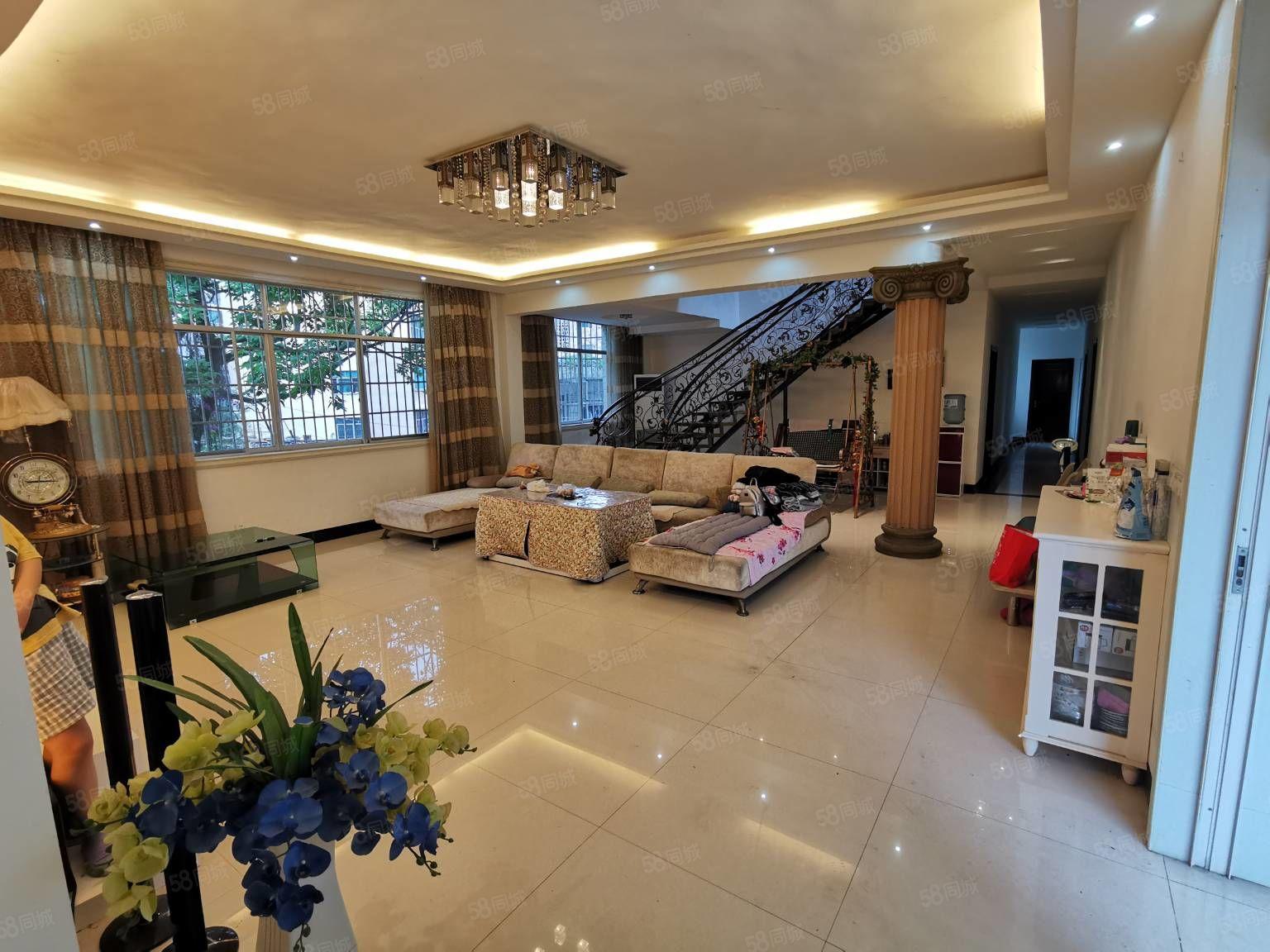 房子不是天人公寓,是在柯沙小區,復式樓,有200平的陽臺。