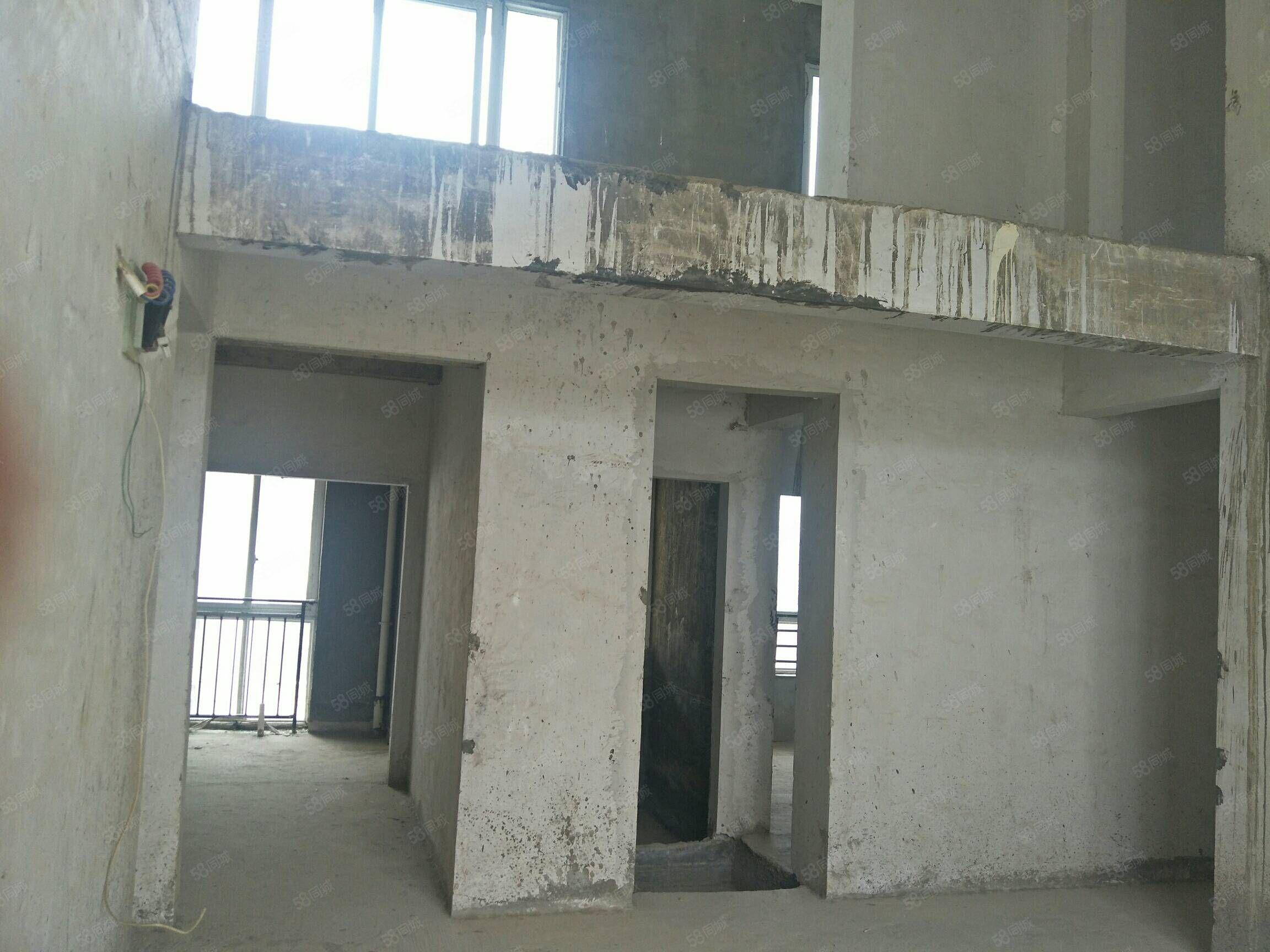 华伟中央城5室2厅2卫56万复式楼
