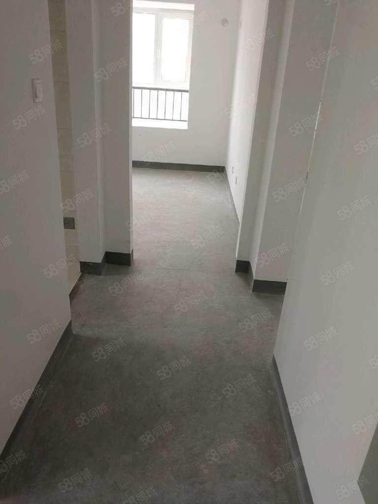开发区.电梯新房.大两居.现房.单价8千多.送车位储藏室广场