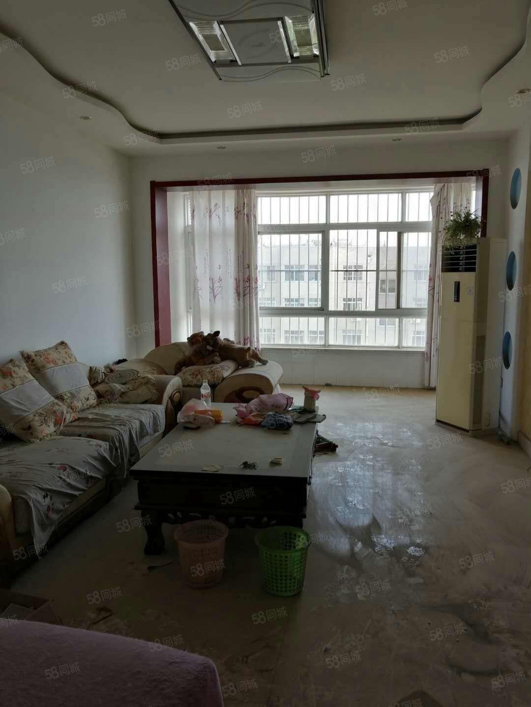 房子位于凤凰小区三楼,精装带地下室