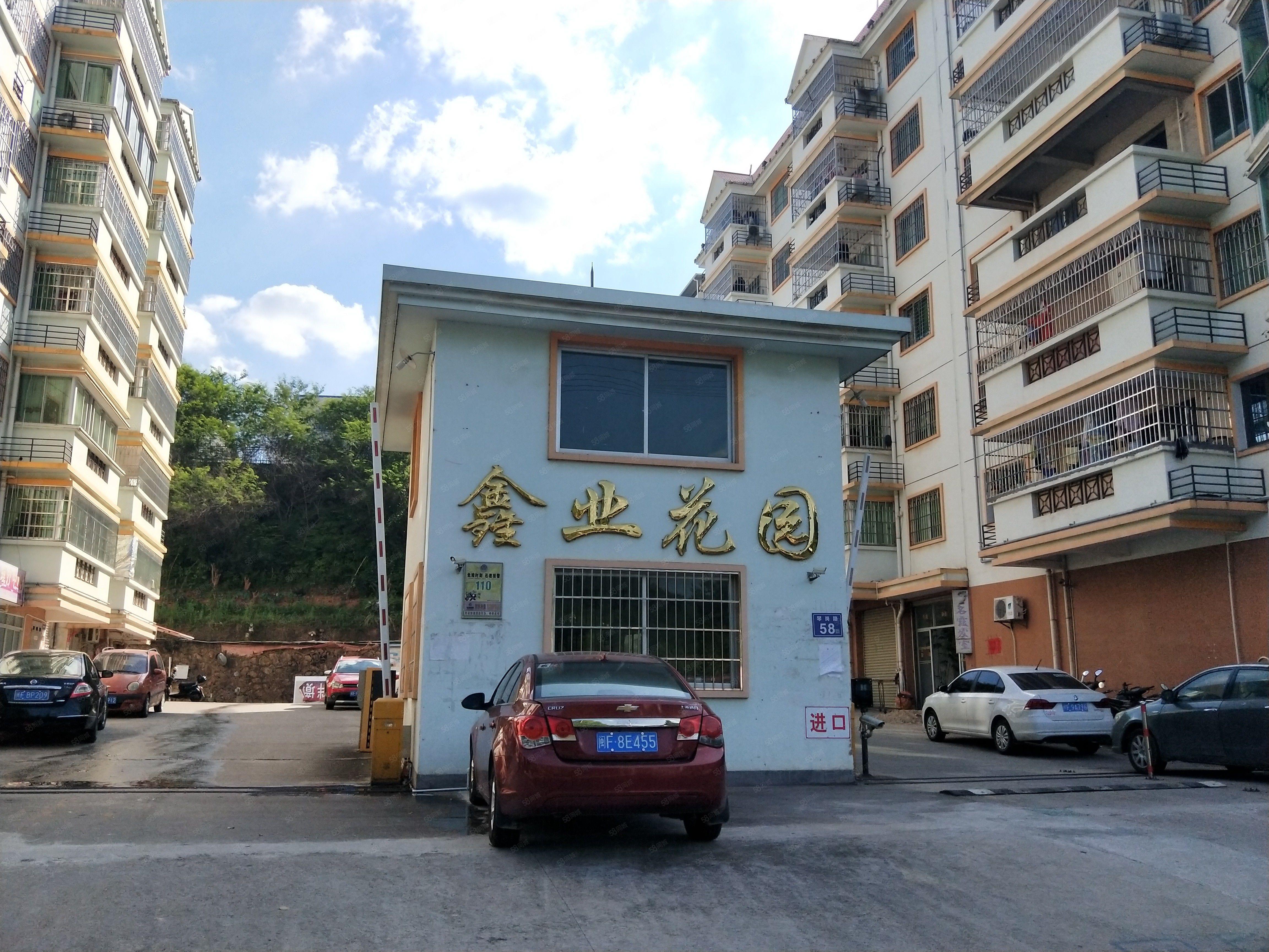 鑫业花园套房出售,两证齐全,毛坯房,送杂物间一个8平方米。