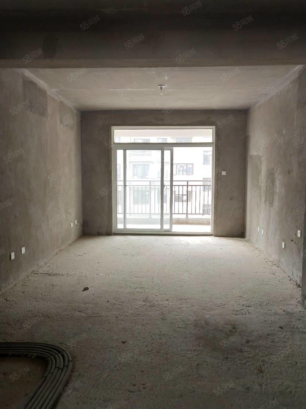左岸小镇洋房急售,有独立车库,四室两厅有三个阳台。
