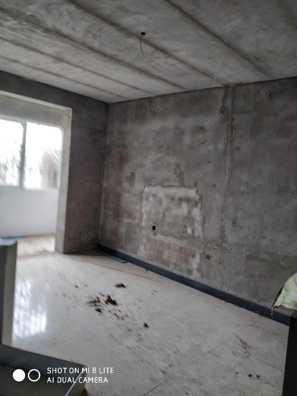新艺花城两室简单装修一楼快来看房