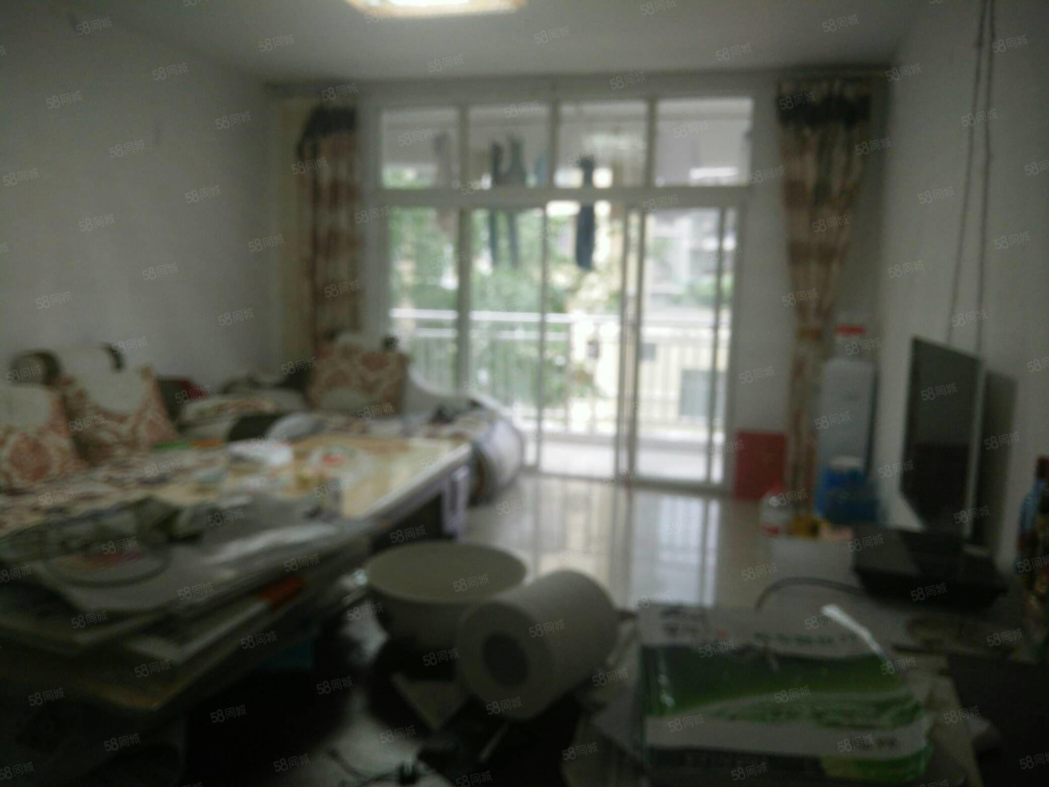县中隔壁房屋出租3室2厅2卫家具家电齐全。