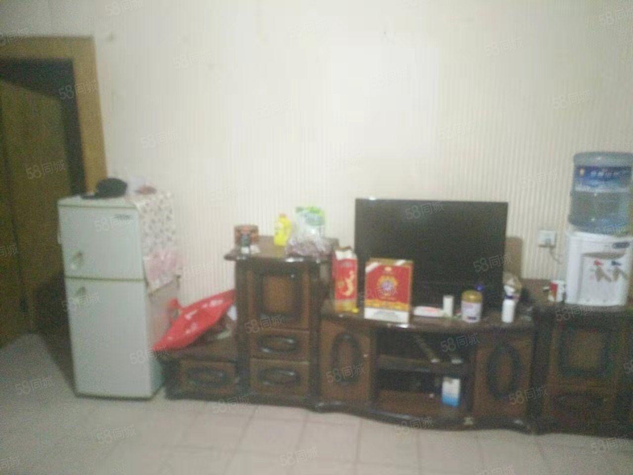 桂山路邮电小区,1楼带花园带家具,3居室装修清爽