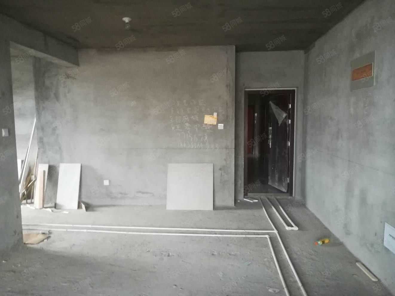中心位置,下樓就是公園,走新房手續。帶地下室15平,