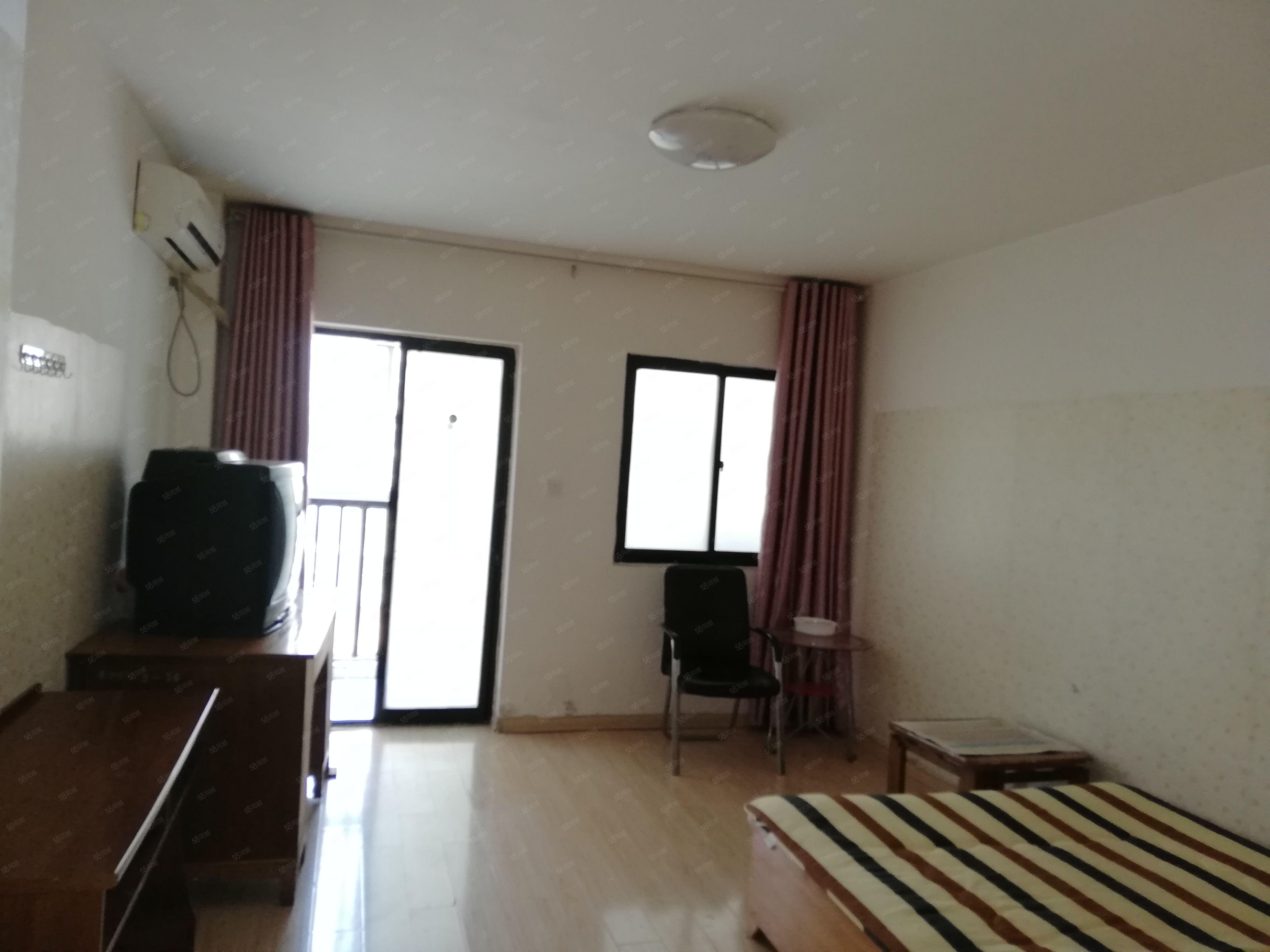 宝龙城市广场,精装小户型,家具齐全,干净卫生,电梯房,宽带。