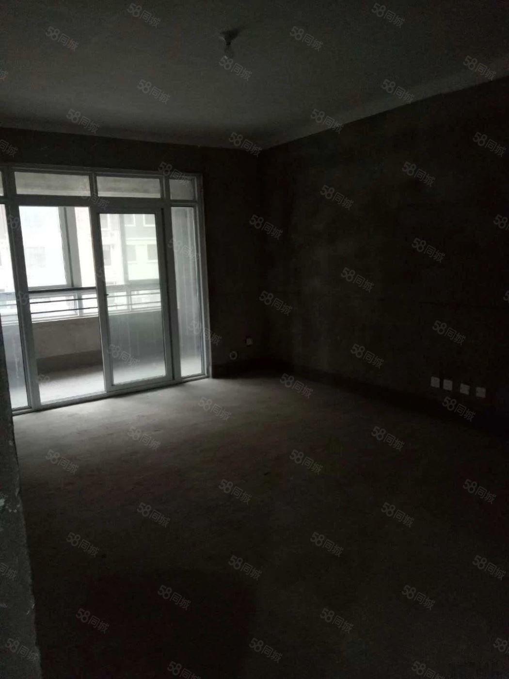 伊顿庄园二楼房东急售,可首付分期,超大阳台,采光霸气,六千多
