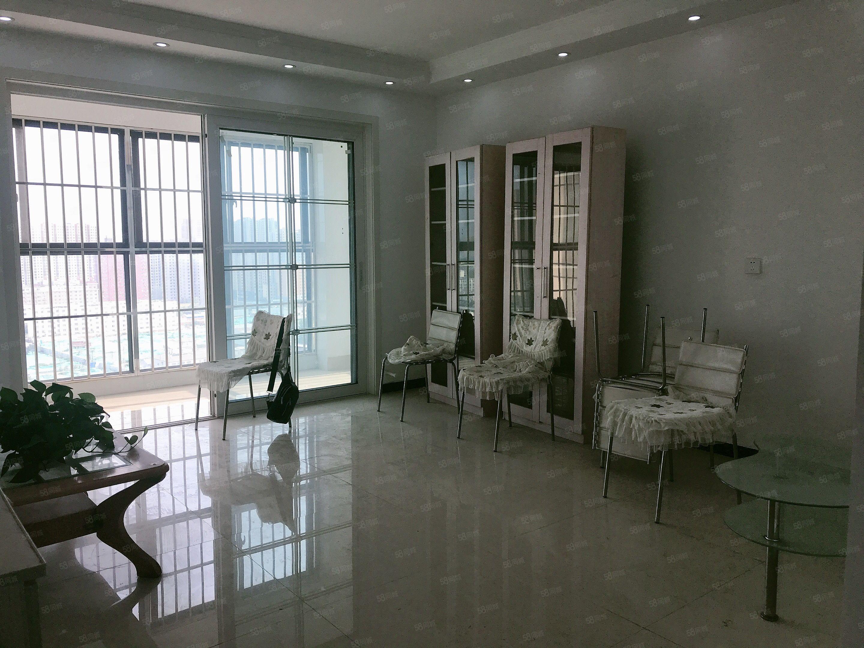 新加坡三室两厅简单装修采光好小区环境优美双气有证可按揭