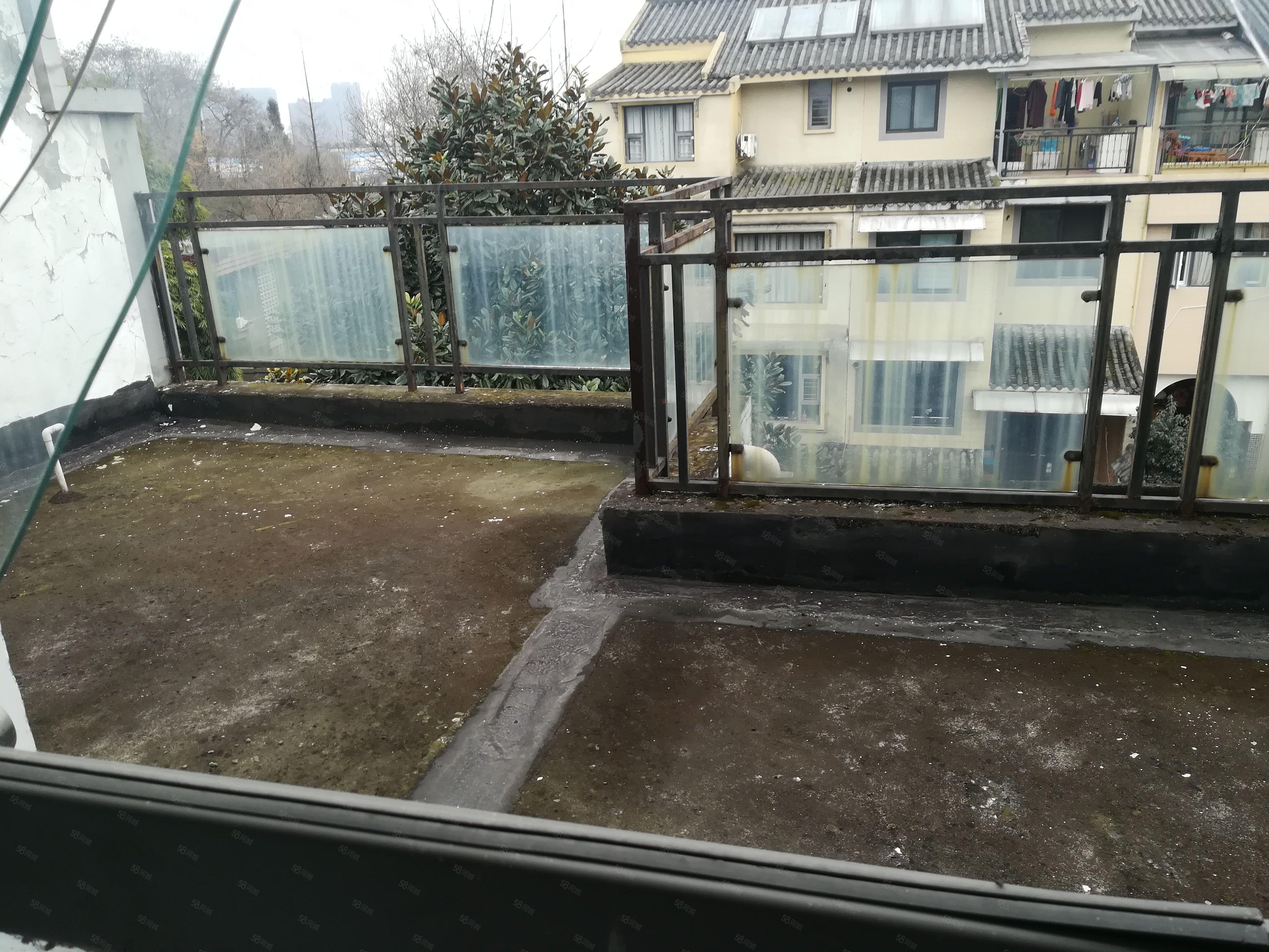 水都豪庭前后带大花园,自带车库,3楼4带大阳台,房东急售。