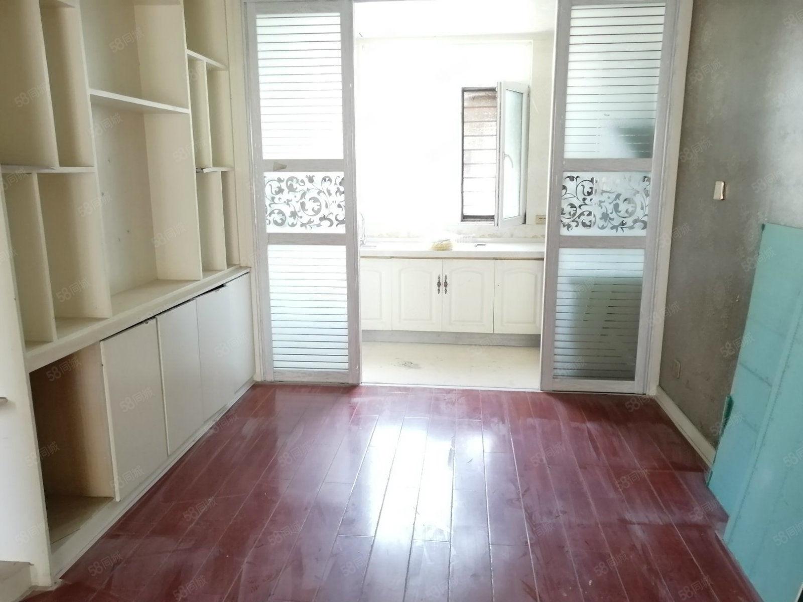 业主诚心租,价位低,家具家电齐全,成熟地段,拎包入住,看房方