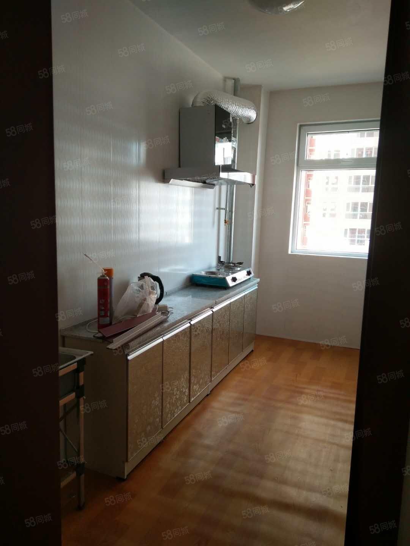 万福二区三室一厅简单装修有家具能做饭能洗澡停车方便