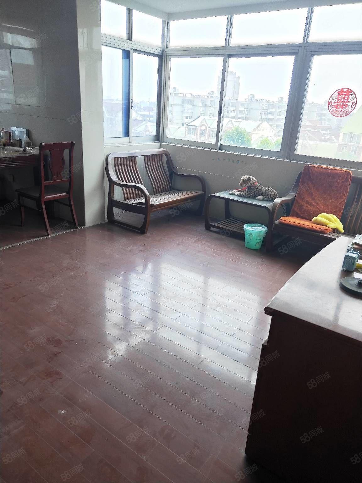 港东西路,3室1厅,家电齐全,装修还不错,清爽。