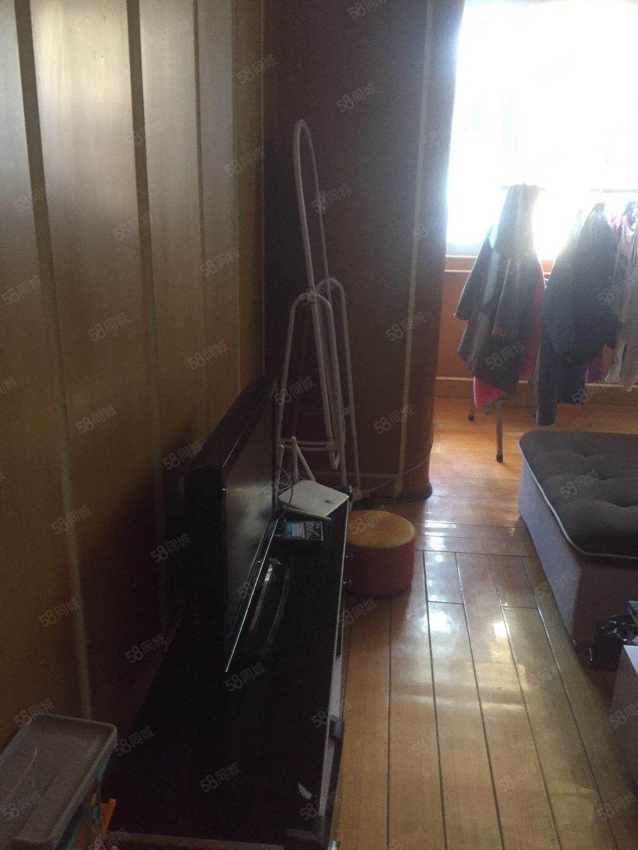 东港浦2楼两室一厅精装样样有2000元