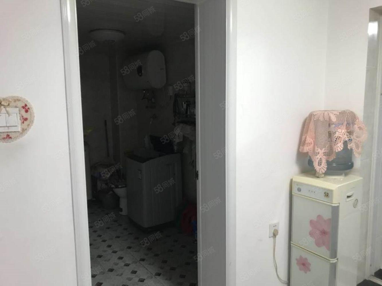 迎宾小区阁楼包水电暖物业,家具家电齐全年租13000