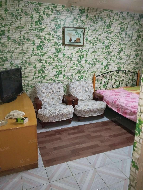 石油二部一楼带院家具家电拎包入住月租900元
