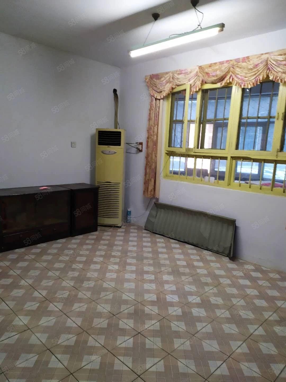 中心路,武装部附近,1楼,3室1厅,干净,整洁。
